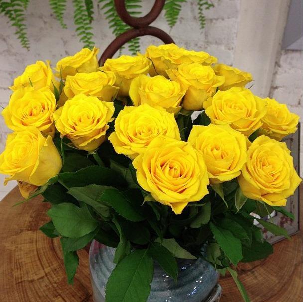 Charmoso vasinho só com rosas amarelas.