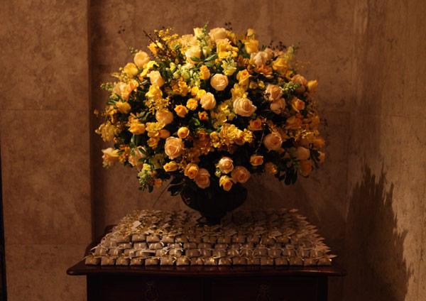 Vaso grande com vários tons de rosas amarelas