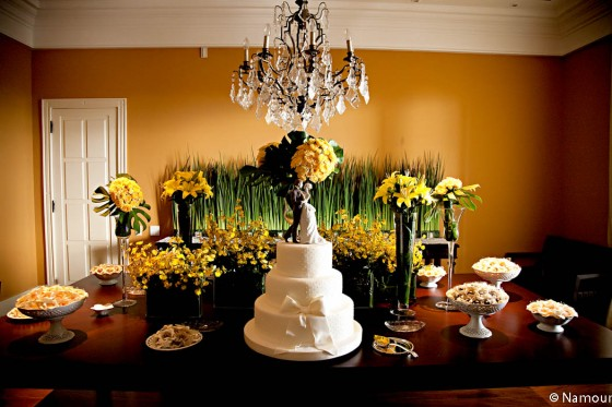 Mesa de doces com orquídeas, lírios e rosas