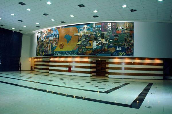 Salão com mural na parede