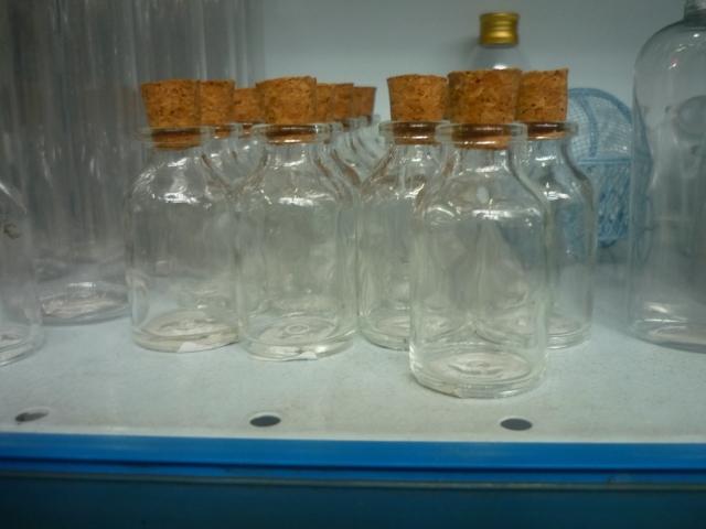 Garrafinhas de vidro fechadas com rolha - acho q ficariam lindas para dar de presente com escalda pés!