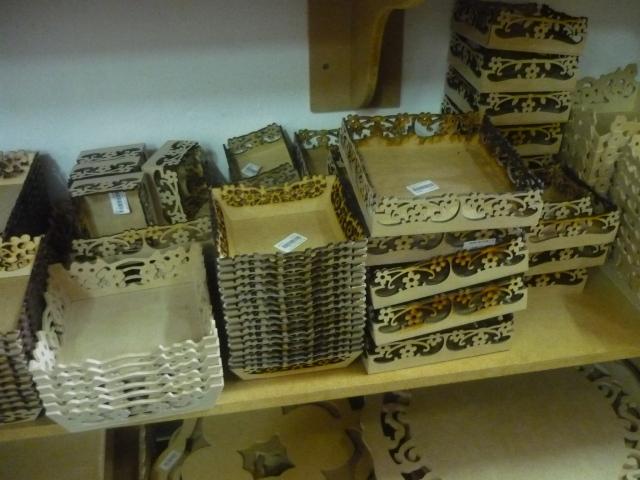 Cestinhas - e todo tipo de coisa, como letras, desenhos, caixas, até armarinhos e vasos - em mdf