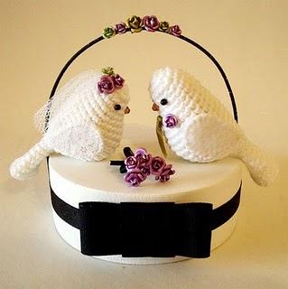 Pombinhos, passarinhos,   pinguins em suas diversas formas como topo de bolo
