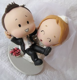 Também de biscuit, a caricatura dos noivos