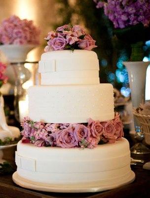 E o meu queridinho da vez, bolo enfeitado com flores naturais