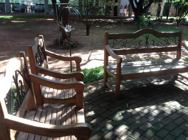 Um ambiente de lounge entre as cadeiras