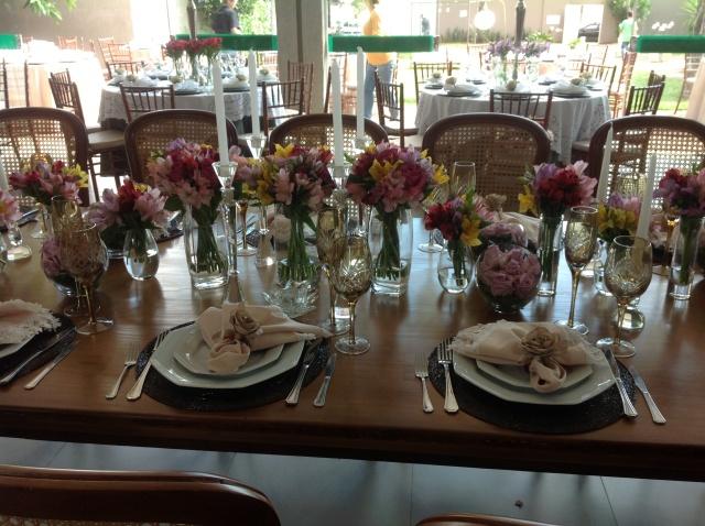 Essa era a mesa principal de família. A festa não era um casamento,mas sim uma boda de vinho, o casalzinho estava fazendo 70 anos de casados(de admirar não?)