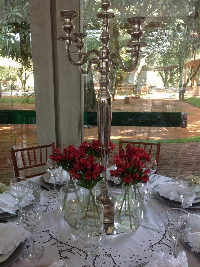 Mesa de convidados (além de lilás e vermelho, tinham mesas organizadas desta forma com flores amarelas).