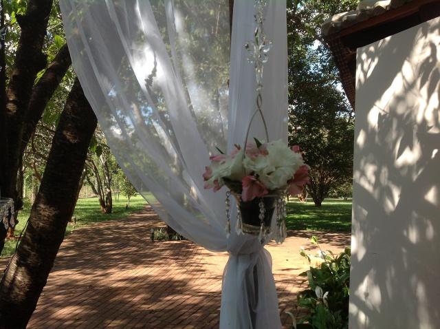 Detalhes do gazebo: Pendentes com flores e velas!