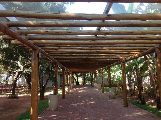 Ainda mais que esse espaço é coberto com uma telha de acrílico bem discreta!
