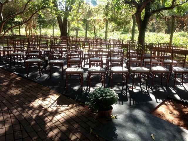 Um lado de cadeiras colocadas para osconvidados
