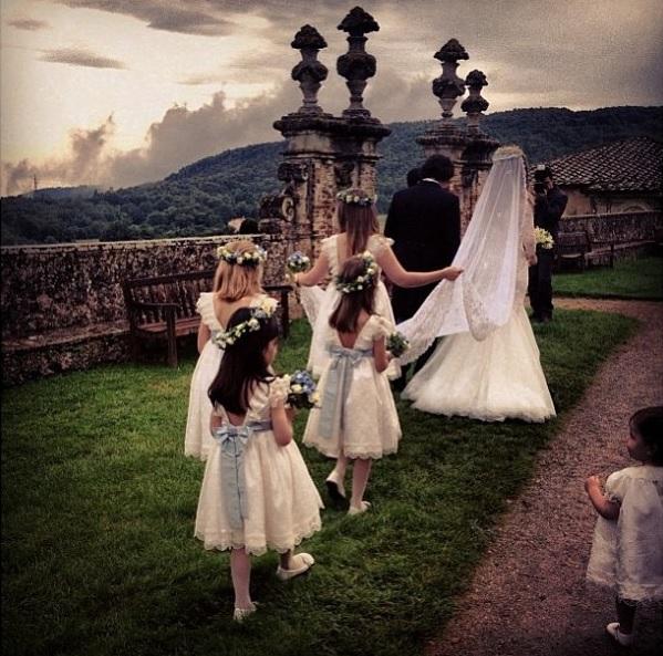 O cortejo levando a noiva à capela.