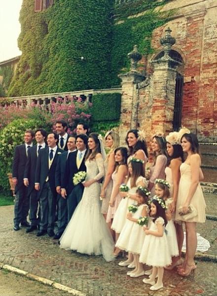 A foto dos padrinhos, madrinhas e daminhas com  os noivos.