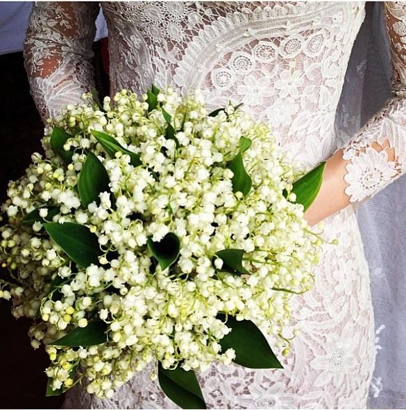 O detalhe do lindo bouquet da noiva e da renda do vestido, guardada pela mãe desde quando ela nasceu.