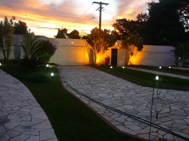 A entrada da chácara no pôr-do-sol.