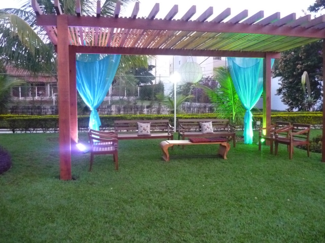 O gazebo foi decorado para virar um longe,servindo também como ambiente para fumantes. Ficou especialmente lindo iluminado à noite.