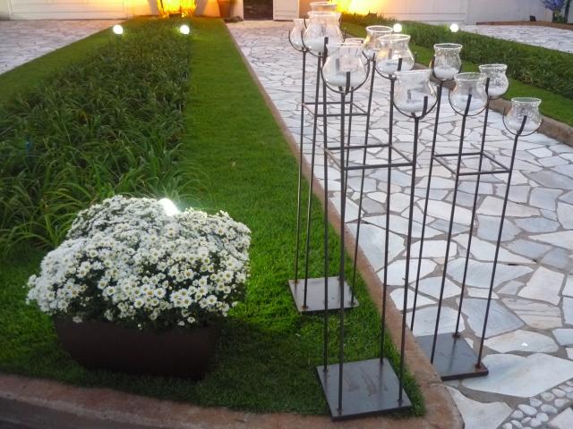 Na entrada foram montados arranjos de mini margaridas com velas, que fizeram um lindo efeito à noite.