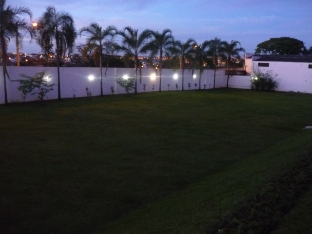 A imensa área gramada, que pode ser usada para a cerimônia de casamento.
