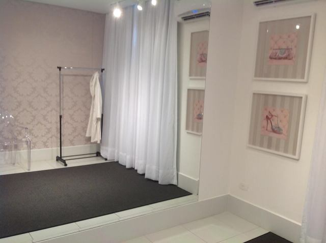 A sala em tons branco e rosê clarinho, bem classico.