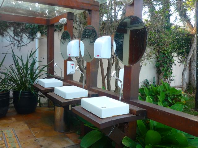 Os banheiros tem pia coletiva e acredito ser um ponto fraco do espaço: mal iluminado,sem acessibilidade e pequeno.