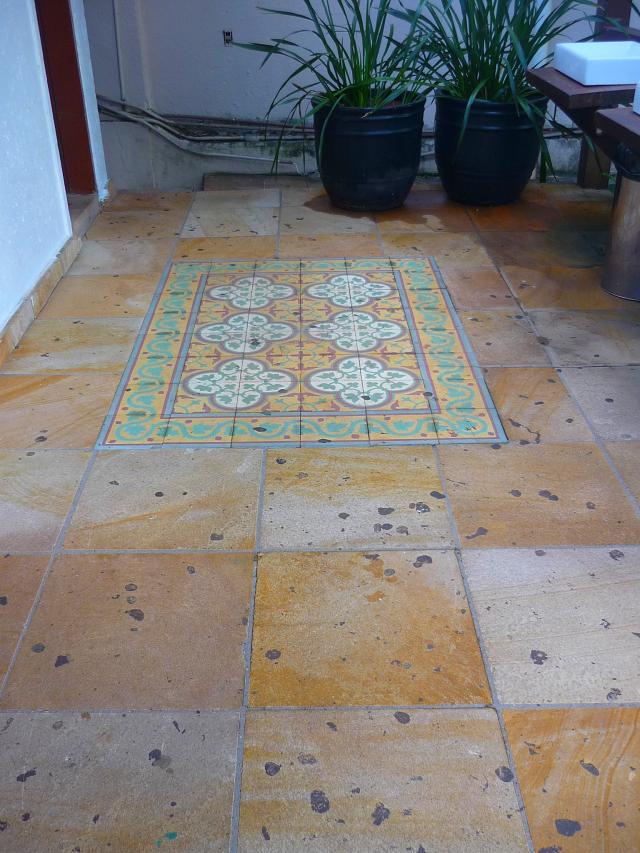 O piso em frente aos banheiros (adorei os detalhes de azulejo português!)