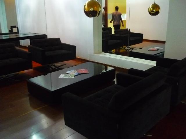 Esse lounge também pode ser aproveitado para as festas, o que ajuda a economizar em mobiliário da decoração.