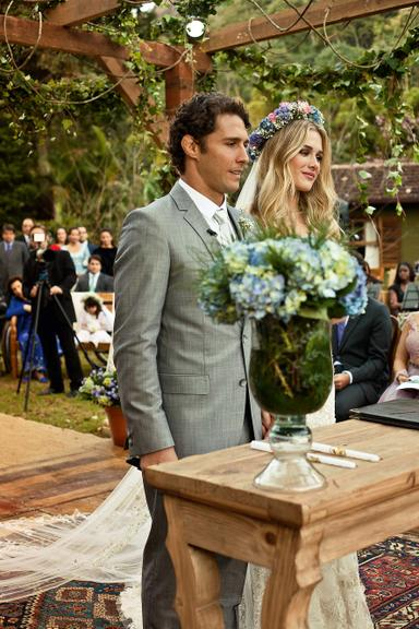 O casal do altar durante a cerimônia