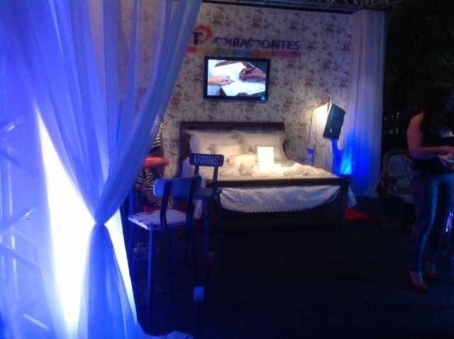 O primeiro stand que víamos ao entrar era o da Miramontes,  com uma linda cama montada com conjunto 250 fios.