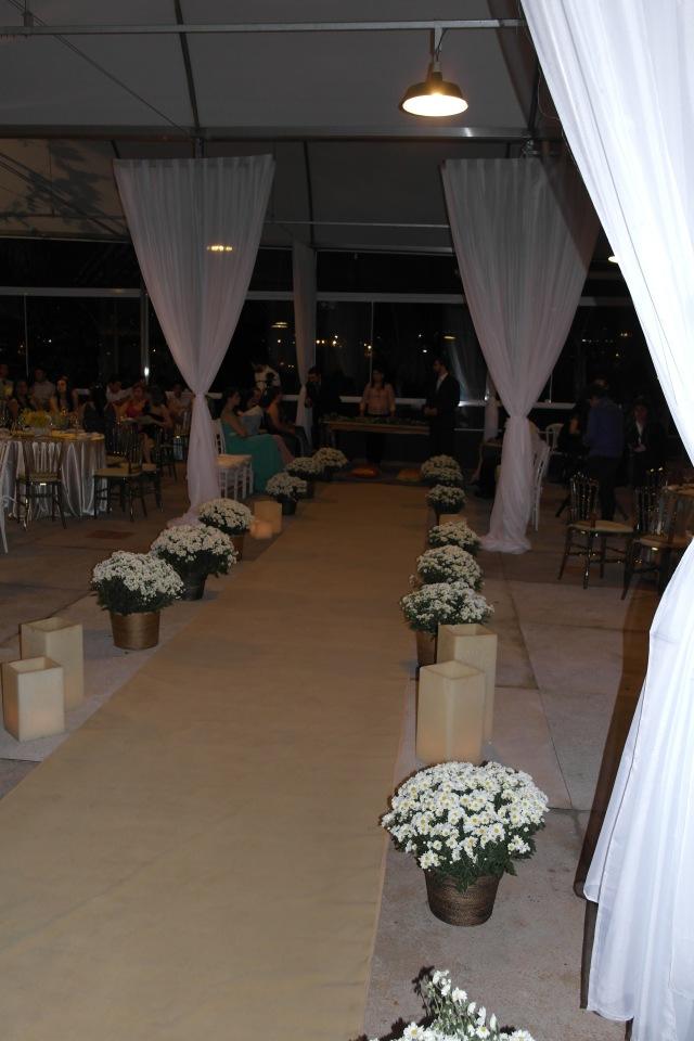 O espaço para cerimônia montado em frente as janelas de blindex que deixavam à mostra as luzes de Uberlândia