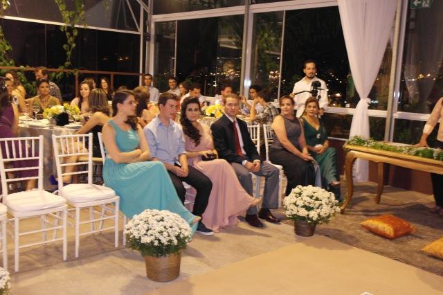A Nathália decidiu que somente a família ficaria ao redor nos noivos no altar. Os demais convidados ficaram distribuídos nas mesas.