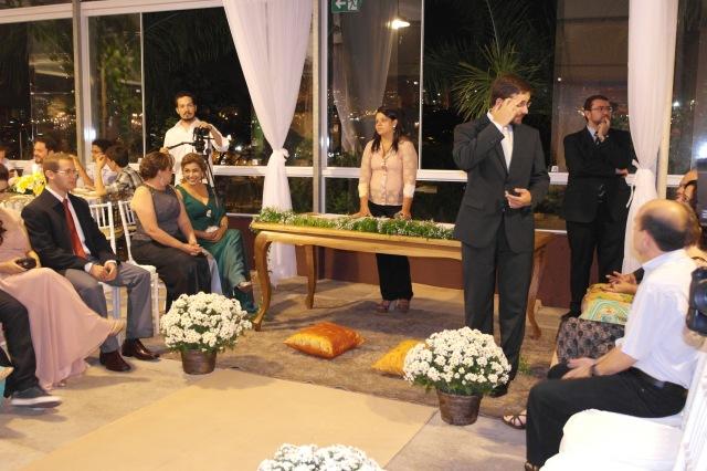 A emoção do noivo à espera da noiva.