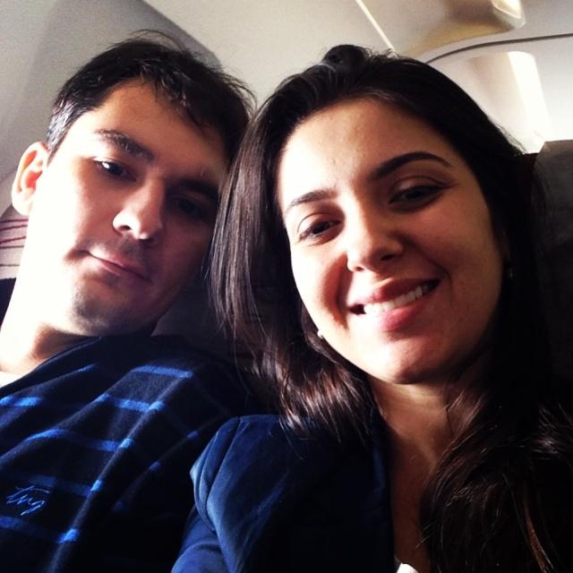 """Ainda no avião, como eu disse """"carinhas inchadas e corpinhos cansados rumo à Lua de Mel"""""""