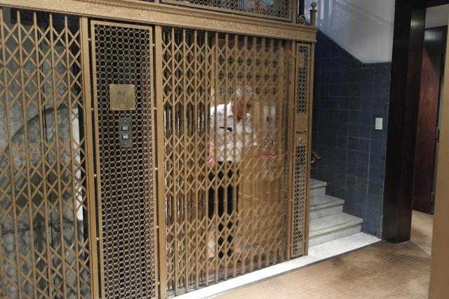 O elevadorzinho super charmoso retrô! Primeira vez que entrei fiquei com medo, depois percebi que ele foi todo reformado e a parte de maquinário é nova, mas mantiveram o ar antigo. Amei!